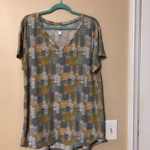 2X LulaRoe Christy V neck Tee - city buildings